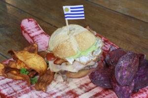 Estação Josephina - Chivito: sanduíche de carne, presunto, ovo, alface, maionese de salsa. Acompanha chips de boniato.