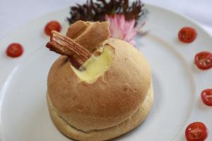 Estação Petit Brasil Sopa no pão, creme de mandioquinha com crisps